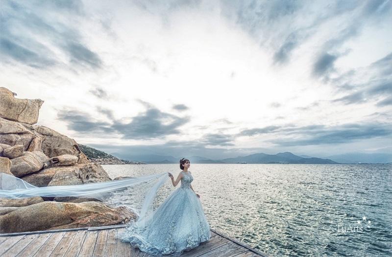 ảnh cưới ấn tượng tại bờ biển